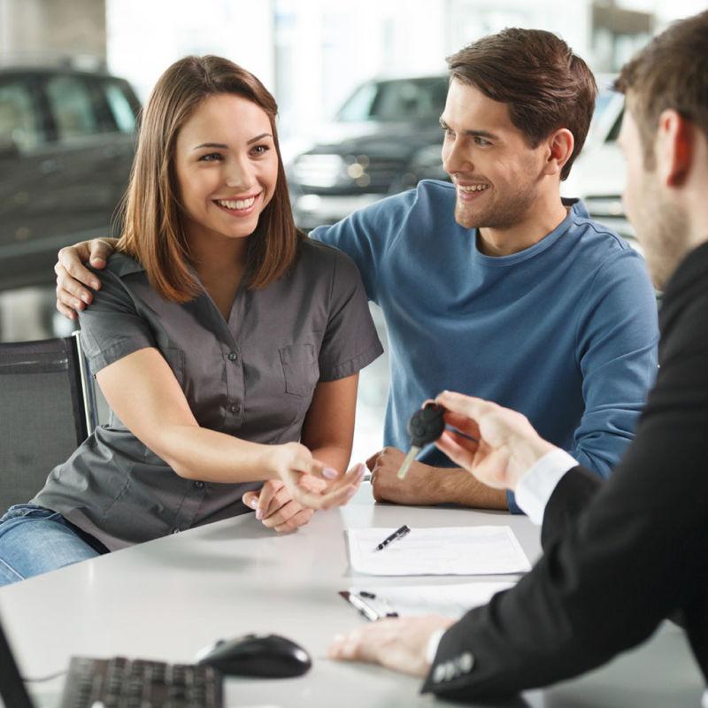 Pessoas comprando um carro com isenção de IPVA