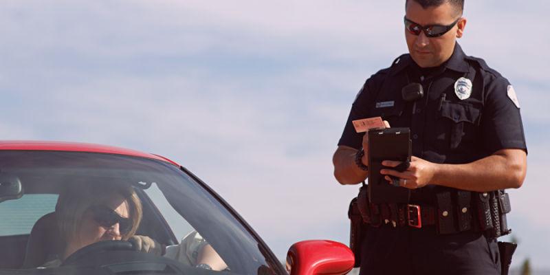 Agente de trânsito aplicando multa