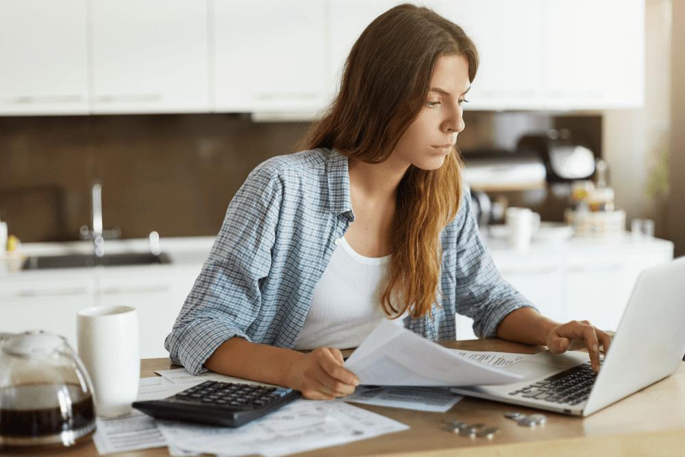 débitos de veículos mulher consultando débitos